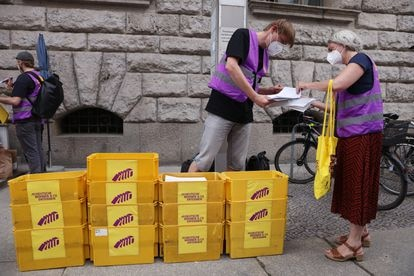 Activists prepare to hand over the necessary signatures to organize a consultation in the city of Berlin.  7% of the electorate, more than 170,000 people, is required to sign.