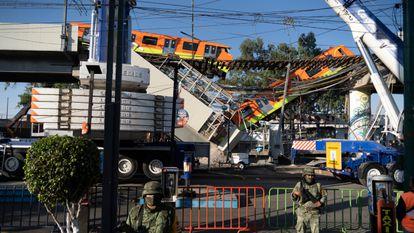 Militares resguardan la zona donde colapsó el metro.