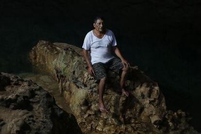 Doroteo Hau Kuk, fundador y directivo de la organización Ka'anan Ts'onot (Guardianes de los Cenotes), en el cenote Balmil.