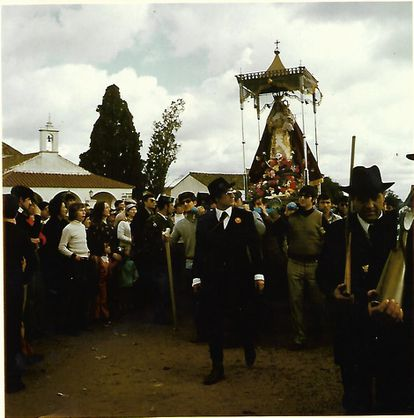 Felipe Sánchez Urbano (centro de la imagen) camina en procesión junto a la Virgen de Luna en los años setenta.