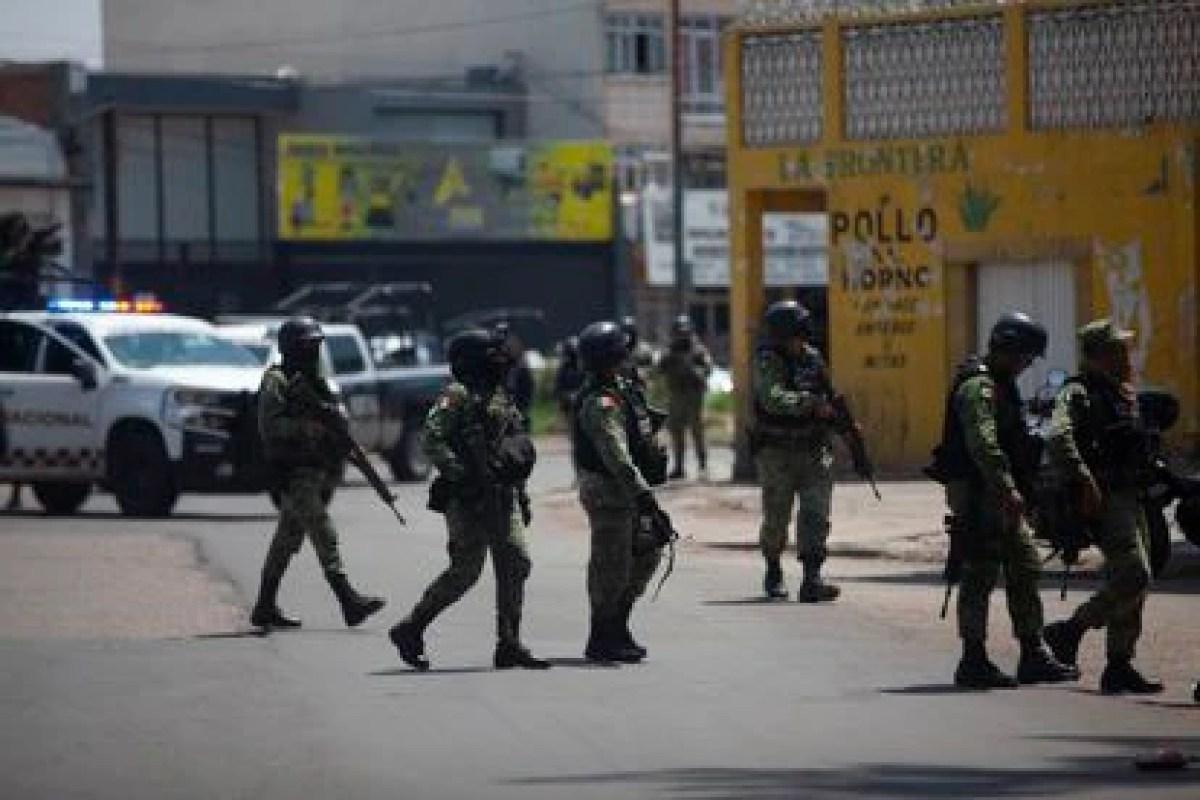 Agentes municipales, de la Guardia Nacional y el Ejército Nacional durante un operativo en Guanajuato.