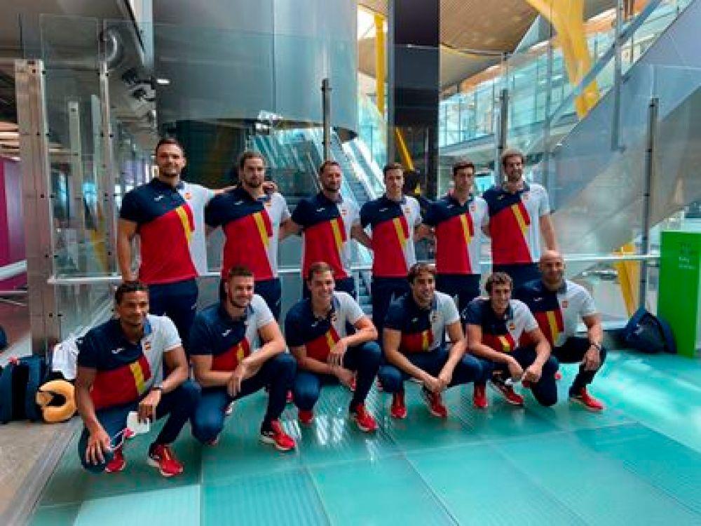 Los componentes de la Selección Nacional de Waterpolo masculino posan en el Aeropuerto Internacional Adolfo Suárez-Madrid Barajas, este jueves, antes de partir hacia Tokio.