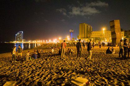 Jóvenes se reúnen en la playa de la Barceloneta, en Barcelona, el 16 de julio.