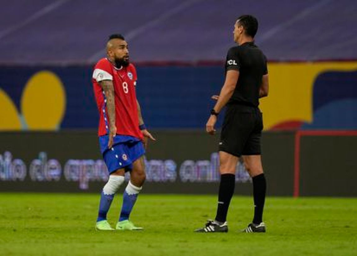 Vidal discusses with the referee Roldán the controversial play of the Paraguayan González.