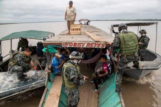 Tripulantes de la Patrulla de Guardacostas de la Armada del Perú realizan labores de control y vigilancia en el Río Ucayali el 02 de marzo de 2018 en Pucallpa, Perú.