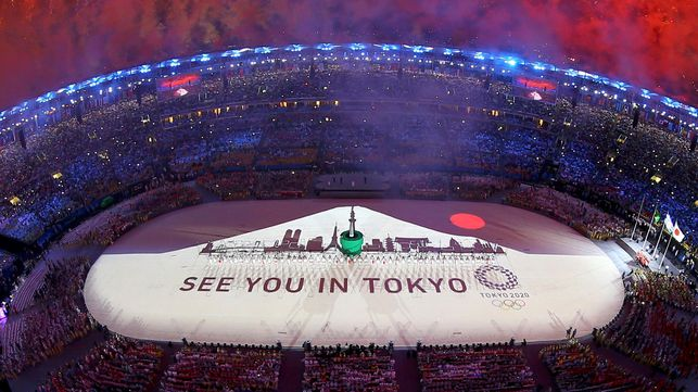 FILE PHOTO: 2016 Rio Olympics - Closing ceremony - Maracana - Rio de Janeiro, Brazil - 21/08/2016.  Fireworks explode during the closing ceremony.        REUTERS/Pawel Kopczynski/File Photo