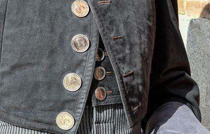 Detalle de las efigies de Franco en el traje de Ponce.