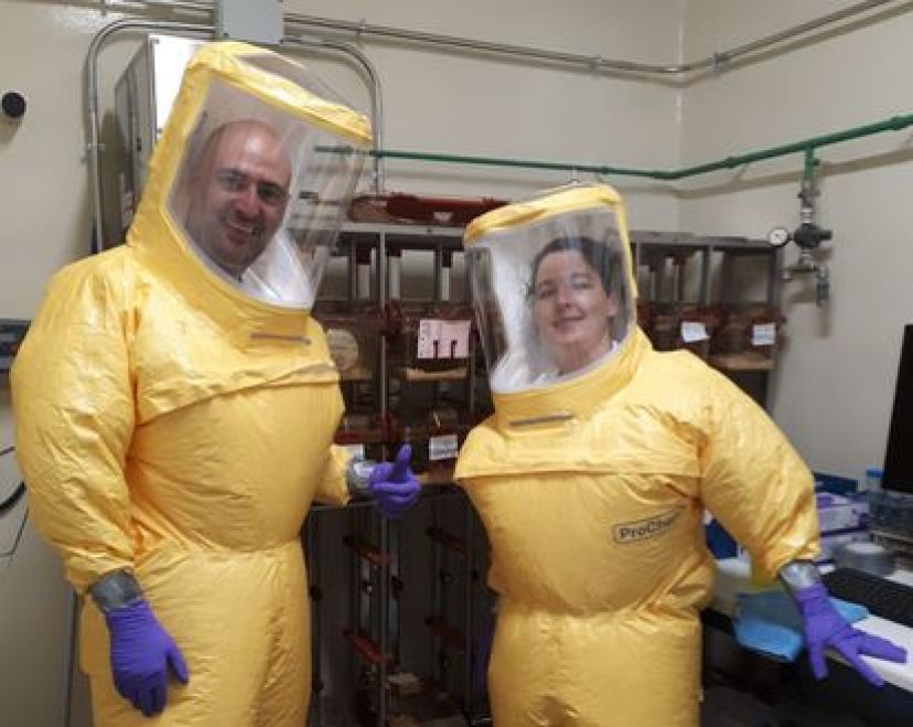 Los científicos Juan García Arriaza y Carmen Zamora, en el Centro de Investigación en Sanidad Animal (CISA), en Valdeolmos (Madrid).
