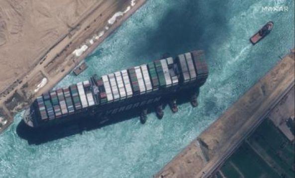 Imagen satélite de los trabajos de los remolcadores en el canal de Suez, este lunes.