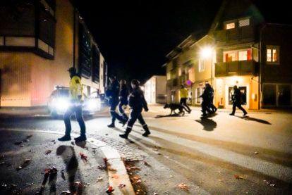 Agentes de policía investigan el centro de Kongsberg, Noruega, después de un crimen violento, este miércoles.