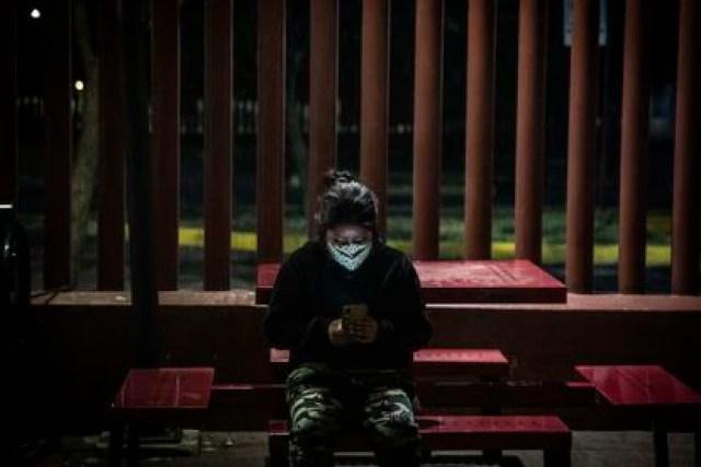 Una mujer intenta contactar con sus familiares mientras espera información en el Hospital General Tláhuac.