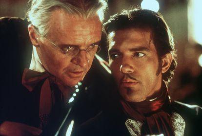 """Anthony Hopkins y Antonio Banderas en 'La máscara del zorro' (1998). Hopkins se refería burlonamente a este tipo de papeles como esos que """"no requieren interpretación""""."""