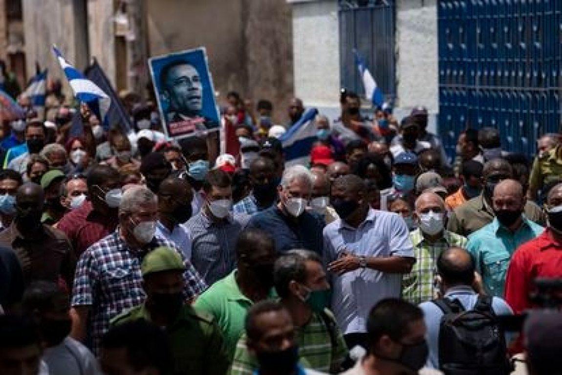 Cuban President Miguel Díaz-Canel walks through the streets of San Antonio de los Baños after the protests this Sunday.