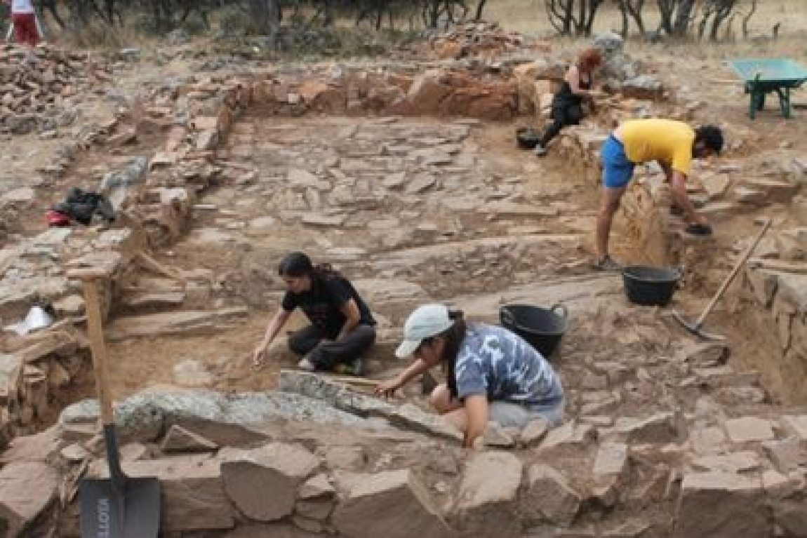 Excavation in a house in the southern area of the El Castillón site.