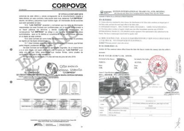 A la izquierda, el contrato que firmó Libre Abordo para exportar maíz mexicano a Venezuela. A la derecha, el convenio de compra de los camiones chinos que se enviaron al país sudamericano.