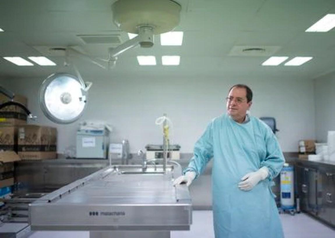 Pathologist Alberto Rábano, at the CIEN Foundation autopsy table.