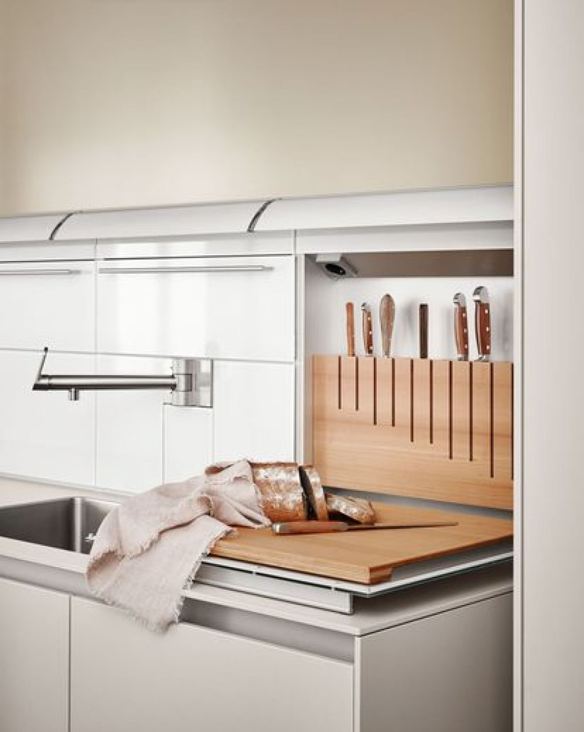 The functional wall of the Bulthaup b3 system allows to hide different functions, such as the water area or a storage of utensils-