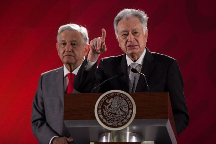 López Obrador together with Manuel Barlett, director of the Federal Electricity Commission.