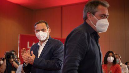 José Luis Ábalos (a la izquierda), ministro y secretario de Organización del PSOE y Juan Espadas, candidato a la presidencia de la Junta de Andalucía, en un acto en Sevilla este domingo.