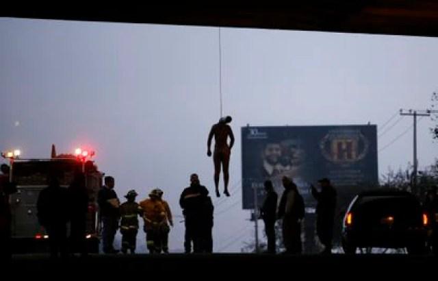 El cuerpo de un hombre no identificado amaneció colgado de un puente en Tijuana, Baja California el 09 de octubre de 2009.