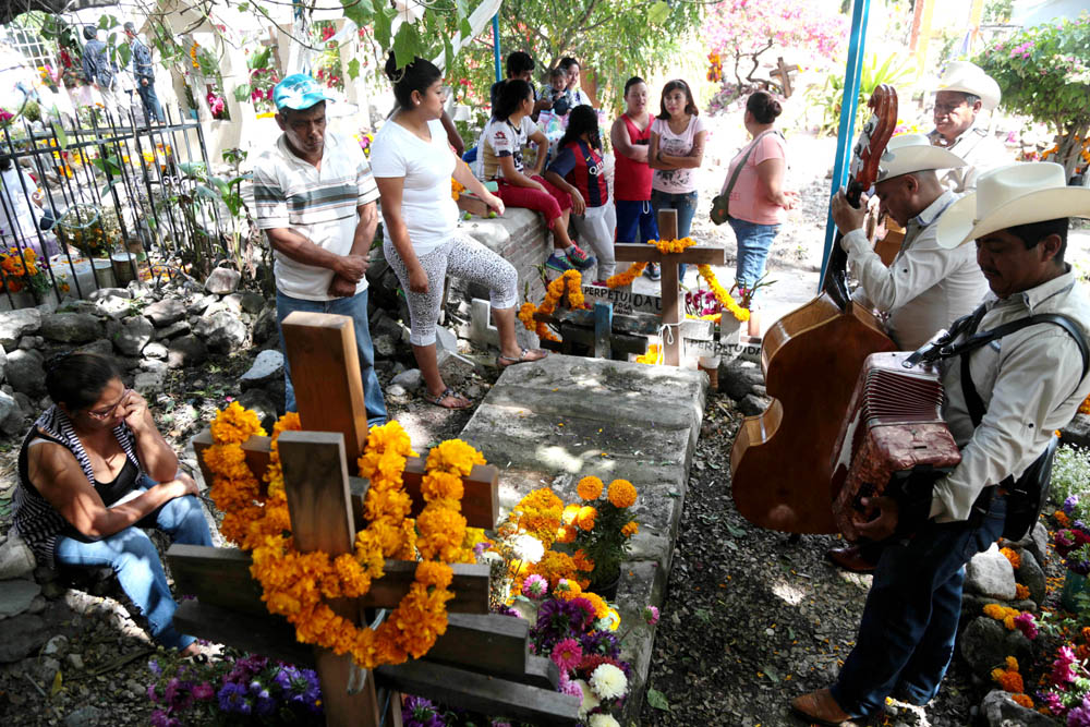 Resultado de imagen para foto de panteon enterrando