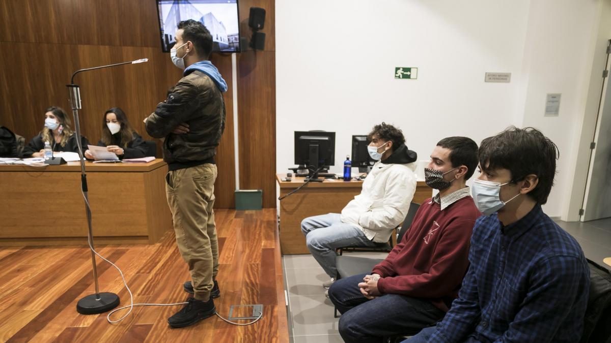 Juicio contra cuatro antifascistas por disturbios en Zaragoza durante mitin  de Vox: Ni quemé contenedores ni tiré piedras a la Policía, pero me lo pasé  súper bien en el calabozo
