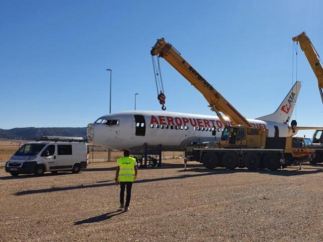 Traslado del avión publicitario del aeropuerto de Teruel para despejar el solar donde se levantará el hangar para dos A380.