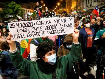Cientos de chilenos salen a las calles para celebrar el resultado del referéndum, en Valparaíso, Chile.