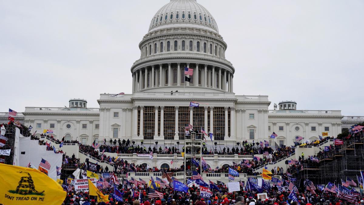 Cuatro muertos y 52 detenidos en el asalto de los seguidores de Trump al Capitolio de EE.UU.