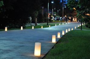 Decora los caminos de tu boda con luminarias de cera