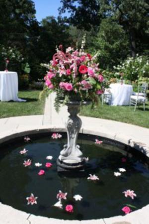 Decora con flores las fuentes de agua de la recepcin
