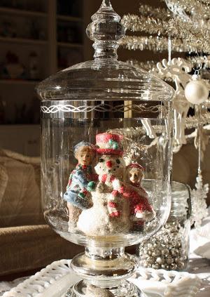 Adornos de navidad en recipientes de vidrio transparente