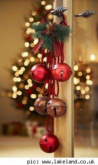 Decora con bolas de navidad colgadas  LaCelebracioncom