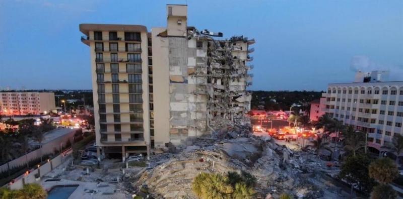 Fotografía divulgada por el Departamento de Bomberos del condado de Miami-Dade que muestra una vista aérea del edificio de 12 pisos derrumbado