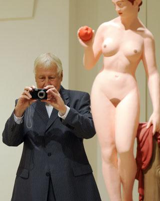 El artista Hans Peter-Feldmann fotografía a la prensa ayer en Madrid.AFP