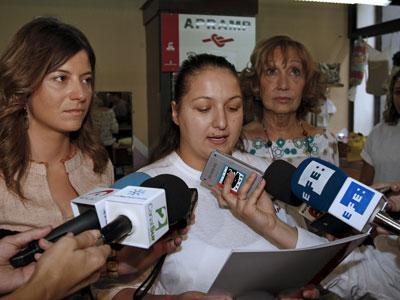 Ionica (centro), rumana víctima de trata, lee, ayer, un comunicado en la sede de Apramp, en presencia de Aído (izqda) y de Rocío Nieto, presidenta de la organización.EFE