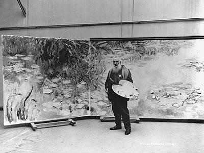 Claude Monet posa junto a una obra de su serie Ninfas'.