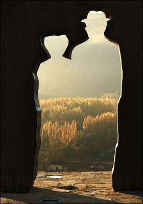 Silueta recortada de Antonio Machado y Leonor en el mirador de los Cuatro Vientos, junto a la iglesia del Mirón