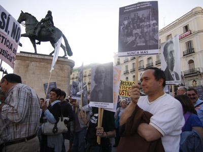 Familiares de víctimas del franquismo, ayer, en la Puerta del Sol de Madrid.guillermo sanz