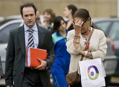 Silvia Carretero y uno de sus abogados, Máximo Castex. EFE/Leo La Valle