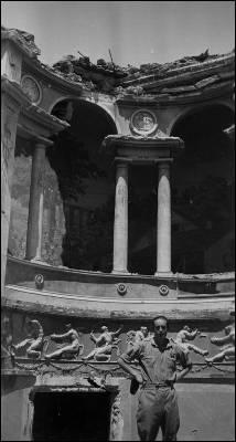 En el palacio de La Moncloa. Rafael, en noviembre de 1936, entre las ruinas de La Moncloa. El ejército sublevado toma las inmediaciones de Madrid. Desde la Casa de Campo avanza hacia la Ciudad Universitaria.
