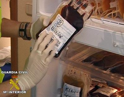 Una de las bolsas de sangre incautadas (Fuente: https://i0.wp.com/imagenes.publico.es/resources/archivos/2011/1/13/1294956026705sangredn.jpg)