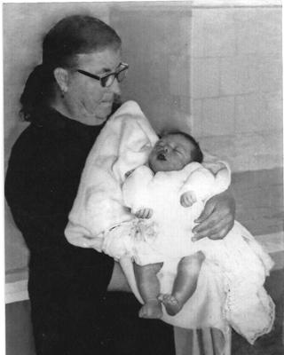 La abuela de Jesús Díaz, con un bebé.