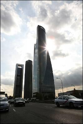 Atardecer en el parque empresarial Cuatro Torres Business Area de Madrid. R. SEDANO