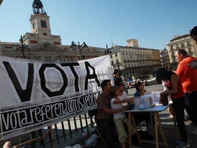 El grupo convocante montó una mesa electoral en la Puerta del Sol. miguel g. castro