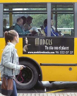 Un autobús todavía portando un anuncio de un prostíbulo.