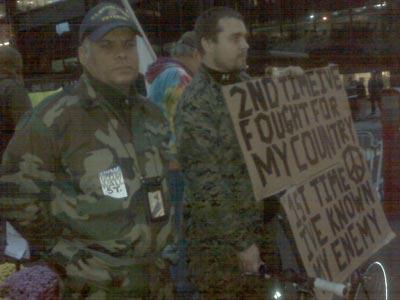 Dos Marines veteranos protestan en Nueva York.