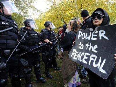 Foto de manifestantes frente a la Policía en Denver.-