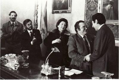 José Castilla (derecha), durante el homenaje a su padre, Virgilio Castilla, en la Diputación de Granada en 1984.
