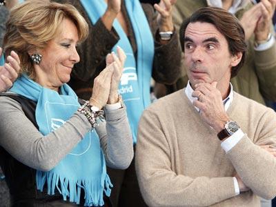 Esperanza Aguirre aplaude y sonríe a José María Aznar, ayer en Las Rozas (Madrid). EFE